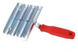 Металлическая скребница с пластиковой ручкой